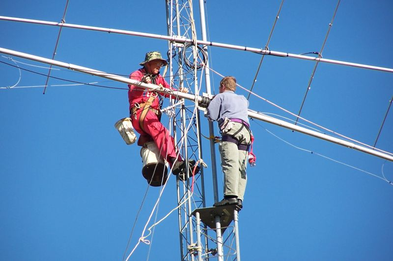 Paul WØAIH and Chris KC9DGP attaching the 80m Dipole to the mast. I sure like this Kodak DX6490 with 10x optical zoom