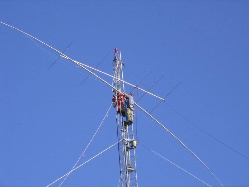 Paul WØAIH and Chris KC9DGP attach Force 12 80m dipole to the mast. (Photo by WA9HCZ)